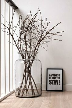 Simple to make and stylish. Just get some nice dry tree branches and put the m in big glass jar! Big Glass Jars, Glass Vase, Vase Deco, Deco Floral, Plant Decor, Home Design, Home Decor Inspiration, Floral Arrangements, Living Room Decor