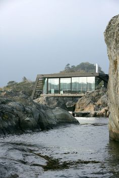 Lille Arøya is contemporary holiday home designed by Lund Hagem studio. Larvik Norway