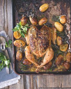 Máslová směs pod kůží udrží kuřecí prsíčka pěkně šťavnatá. Turkey, Meat, Turkey Country