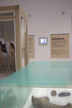 Wystawa O!Kolekcja - kilka słów wyjaśnień w tle i mobilne moduły  na  pierwszym planie. Zaprezentujcie u nas swoją kolekcję.  #muzeumdladzieci #childrensmuseum #kidsmuseum #kidsinmuseum #ethnomuseuminwarsaw
