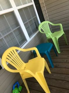 Has your outdoor furniture seen better days? Check out this easy DIY face lift idea and learn how to paint your old dirty plastic chairs to give them new life. Patio Furniture Makeover, Chair Makeover, Drop Cloth Curtains, Upcycled Furniture, Outdoor Furniture, Lawn Chairs, Diy Design, Thrifting, Decoration