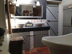 Landelijke badkamer met grijstinten