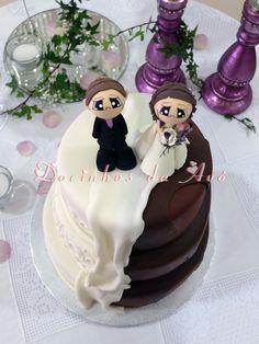 Docinhos da Avó Bolo de Casamento Kitchen, Desserts, Pie Wedding Cake, Island, Candy, Cakes, Fiestas, Wood, Tailgate Desserts