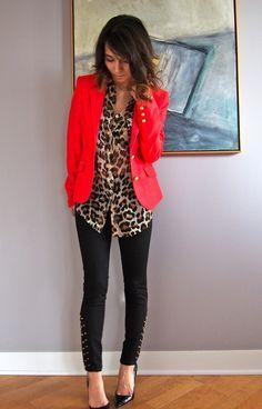 calça jeans preta , camisa onça , jaqueta vermelha sapatilha preta bolsa bege
