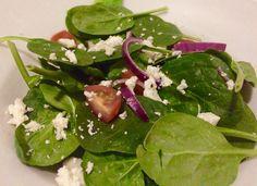 Hoe warmer het wordt, des te mer zin heb ik in salade. Deze salade dut vol met vitaminen en heb je in een handomdraai op tafel staan. Ingrediënten: 80 gram spinazie 1/2 rode ui 5 cherrytomaatjes 8 …
