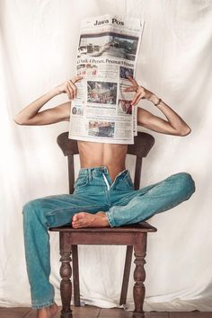 Casual outfit - jeans and newspaper Portrait Photography Poses, Photography Poses Women, Girl Photography Poses, Photo Poses, Creative Photography, Indoor Photography, Implied Photography, Retro Photography, Digital Photography