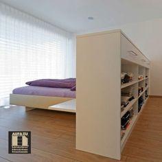 Manchmal müssen Räume neu gedacht werden. Ein Raum definiert sich nicht nur durch die Begrenzenden Wände. Auch eine Mittelinsel oder ein halb hohes Möbelstück kann einen Raum teilen. In diesem Schlafzimmer wurde genau das durch eine höhere Kommode erreicht. Sie trennt das Designerbett und somit das Schlafzimmer vom Ankleidezimmer. Trotzdem findet beides Platz in einem übergeordneten Raum. Divider, Loft, Furniture, Home Decor, Dressing Room, Closet Storage, Bedroom, Decoration Home, Room Decor