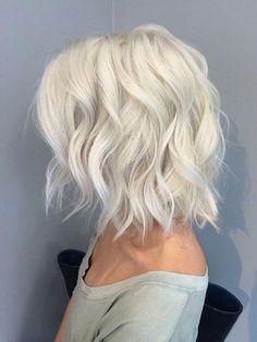 dalgalı katlı platin renk kısa saç kesimi