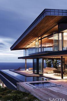 Arquitectura moderna con vista al mar.