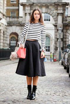 Foto de street style com blusa de listras e saia evasê preta