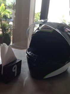 Acompañando el desayuno. AGV Ducati 796, Keurig, Coffee Maker, Helmet, Kitchen Appliances, Breakfast, Coffee Maker Machine, Diy Kitchen Appliances, Coffee Percolator