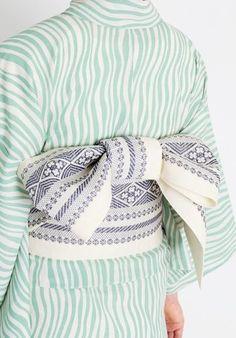 このウネウネした縦縞は「立涌」という日本の伝統文様ですが、北欧テキスタイルでもよくみられるスタイルですね。