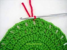 Paula Mengual Tejidos de Autor: Tutorial Agarradera de frutilla (Crochet) Crochet Owls, Crochet Flowers, Crochet Bow Pattern, Newborn Crochet, Knitted Hats, Diy And Crafts, Strawberry, Bows, Knitting
