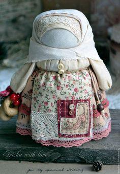 Купить или заказать кукла-оберег Девочка с конфетой'Праздничная'. в интернет-магазине на Ярмарке Мастеров. Девочка с конфеткой - подарок на Новый год или Рождество. Куколка выполнена из нежного,мягкого натурального хлопка цвета кофе с молоком,напоминает большую шоколадно-ягодную конфету.Некоторые ткани и кружево состарены,пахнут кофе и корицей. Внутри куколки-основа из бересты,работа изготовлена бесшитьевым способом,из натуральных материалов.Баранки настоящие.Конфетки текстильные. С …