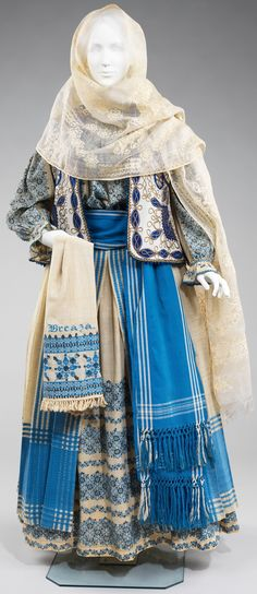Romanian folk costume has remained relatively unchanged and continues to be worn for festival occasions. The basic model for women consists of an embroidered blouse and skirt, belt, head scarf, and often a vest or jacket Historical Costume, Historical Clothing, Mode Russe, Moslem, Vintage Outfits, Vintage Fashion, Folk Clothing, Desert Clothing, Renaissance Clothing