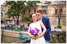 Machiajul de nunta: Cateva trucuri pentru a iesi totul bine Se stie ca in ziua nuntii toate privirile sunt atintite pe mireasa. Pentru amintiri de neuitat, in cea mai frumoasa zi din viata ta totul trebuie sa fi armonizat : rochia, pantofii, coafura si machiajul. O zi de nunta perfecta poate sa inceapa cu un … One Shoulder Wedding Dress, Blog, Wedding Dresses, Fashion, Bride Dresses, Moda, Bridal Gowns, Fashion Styles