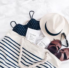 Beach Bag Essentials You Need for Summer 2019 Beach Bag Essentials You Need for Summer Bag Essentials You Need for Summer a clever sand-removing powder to a high-per Beach Flatlay, Photo Pour Instagram, Beach Bag Essentials, Flat Lay Photography, Summer Stripes, Flatlay Styling, Vacation Style, Summer Colors, Beachwear