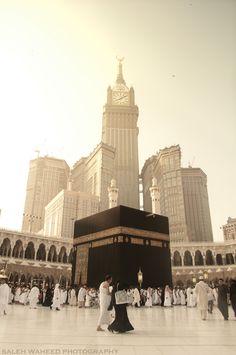 The Abraj Al-Bait Towers of Mecca, Saudi Arabia, seen from inside Al-Masjid al-Haram. Masjid Al Haram, Mecca Masjid, Mecca Wallpaper, Ocean Wallpaper, Islamic Wallpaper, Nyc Background, Dslr Background Images, Islamic Posters, Islamic Art