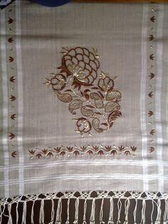 Bakır ve gümüş renkler ile tek sarma tekniğini kullandığım kasımpatı motifli örtüm.Bu örtüm 2011 Feshane İsmek sergisinde sergilenmiştir.... Hand Embroidery Stitches, Embroidery Designs, Shadi Dresses, Turkish Art, Flower Art, Monogram, Floral, Home Decor, Needlepoint