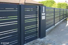 Przedstawiamy najnowszą realizację w systemie #PREMIER. Właściciele zdecydowali się na ogrodzenie w kolorze #anthracite w skład którego wchodzą: brama przesuwna, przęsła i furtka z pochwytem #FENZ. Na szczególną uwagę zasługuje SŁUPEK MULTIMEDIALNY wykonany na indywidualne życzenie naszych Klientów. Gate Wall Design, Steel Gate Design, Front Gate Design, House Gate Design, Villa Design, Door Design, Diy Backyard Fence, Side Yard Landscaping, Front Gates