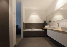 zwart - wit penthouse badkamer en suite: moderne Badkamer door Interieurvormgeving Inez Burvenich