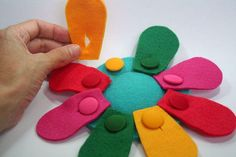 Felt button flower - could lgo in a quiet book. CRIATIVO has uploaded 50 photos… Diy Quiet Books, Baby Quiet Book, Felt Quiet Books, Diy For Kids, Crafts For Kids, Fidget Quilt, Quiet Book Patterns, Button Flowers, Busy Book