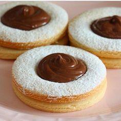 Selam canlar tadan herkesten tam not alacak nefiss bir kurabiye:) bu tarifi şeker hamuru ile kurabiye yapan arkadaşlarda deneyebilir. Çok lezzetli ve gevrek bir kurabiye. Tüm püf noktalarını üşenmedim ve sizler için yazdım. Püf noktalarıma dikkat ederseniz kurabiye yapmakta zorlanan arkadaşlarda kolaylıkla yapabileceklerdir.☺️ Şimdiden afiyet olsun Canlar.. Buyrun tarife; Malzemeler 125 gram tereyağ 1 çay bardağı sıvıyağ 1 büyük çay bardağı pudra şekeri 1 adet yumurta 1 çay bardağı ni...