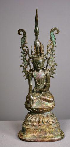 Bouddha couronné assis en dhyanasana. Bronze à patine verte. Birmanie, état des Shan, XVIIè siècle. Complet, non restauré. H : 31 cm Certificat d'authenticité de 1993 par Mme.C. Van der Kindere Collection Amory