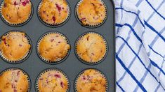 Made with bananas, peanut butter, and chia seeds, these muffins pack a lot of healthy elements into one breakfast treat. Baking Muffins, Baking Cups, Peanut Butter Banana, Creamy Peanut Butter, Fiber Cereal, Berry Muffins, Muffin Bread, Valeur Nutritive, Nutrition