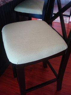 Thrifty Decor Chick: Upholstering an unupholstered chair. Will need to do this when I do our dining table/chairs makeover! Kitchen Chair Makeover, Furniture Makeover, Diy Furniture, Furniture Refinishing, Repurposed Furniture, Refurbished Furniture, Painted Furniture, Chair Upholstery, Upholstered Chairs