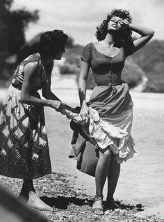 Sophia Loren in La donna del fiume I The River Girl (Mario Soldati, 1954 Italian Women, Italian Beauty, Hollywood Glamour, Old Hollywood, Trash Film, Poses, Loren Sofia, Sophia Loren Style, Italian Actress