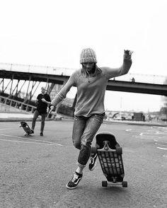 Cruising with friends Skateboard Tumblr, Skateboard Decks, Parkour, Skate Girl, Skate Style, Vans Off The Wall, Longboarding, Black N White, Skateboards