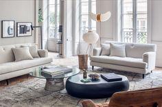Un salon de style ancien très élégant en gris et blanc