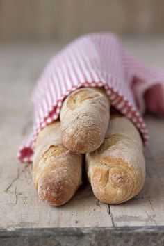 "pictureperfectforyou: "" (via Sweet & Sour: DEMI-BAGUETTES CON POOLISH, para Bake The World) """
