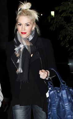 Gwen Stefani - Lovin' the cute little top knot and red lip. Gwen Stefani No Doubt, Gwen Stefani And Blake, Gwen Stefani Style, Hollaback Girl, Love Her Style, Top Knot, Winter Wear, Girl Crushes, Fashion Beauty
