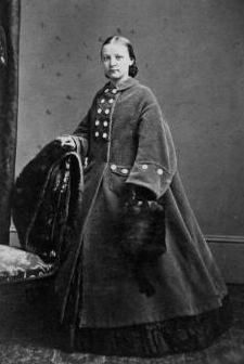 civil war era Young New York lady in coat Historical Women, Historical Clothing, Historical Dress, Fashion Through The Decades, 1850s Fashion, Vintage Outfits, Vintage Fashion, Civil War Dress, 19th Century Fashion