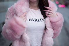 Yksi vuoden 2017 minun suosikkitrendeistä on ollut keinokarvaiset takit. Niillä on hauska tuoda leikkisyyttä asuun ja tämä vaaleanpunainen versio on piristänyt minun pimeitä päiviä. Halusin kuitenkin tuoda tähän kontrastia ja minusta perus T-paita samassa sävyssä ja farkut sopii tähän asuun täydelli