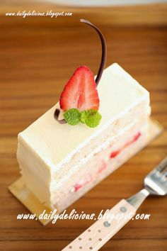 dailydelicious: Japanese Strawberry Shortcake: Soft, light, easy and very delicious! Japanese Strawberry Shortcake, Strawberry Shortcake Recipes, Strawberry Cakes, Strawberry Yogurt Muffins, Yogurt Cake, Fancy Desserts, Pastel, Yummy Cupcakes, How Sweet Eats