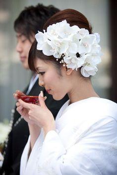 和装に合う髪型ってそう多くないと思いませんか?特に白無垢に関しては、文金高島田以外チャレンジしていいの?といったお声をよく耳にします。 せっかくの結婚式なのに、ワンパターンではもったいない!ということで、今回は白無垢に似合うおしゃれなヘアスタイルを一挙ご紹介したいと思います! Wedding Beauty, Dream Wedding, Flowers In Hair, Bridal Flowers, Floral Hair, Floral Crown, Floral Headdress, Wedding Reception Flowers, Wedding Kimono