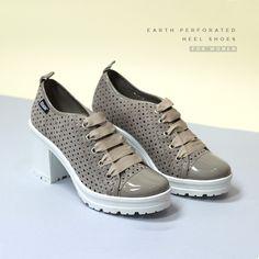 Zapato con estampado perforado color tierra. Tienda Online Break&Walk