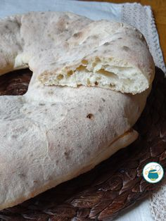 Pane pitta calabrese Greek Recipes, Italian Recipes, Focaccia Pizza, Rustic Bread, Tapas Bar, Romanian Food, Pitta, Italian Dishes, Sweet And Salty