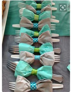 Turn napkins into bows