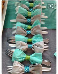 Turn napkins into bows