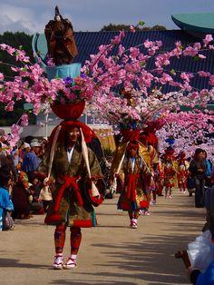 備後東城の里は古い歴史を持つ城下町ですが、その東城で約三百年以上前に起源を持つ伝統行事「お通り」が毎年11月3日(文化の日)に行われています。<br /> 「お通り」では、関ヶ原の戦いの後東城を治めた長尾隼人公の軍勢を再現した武者行列、江戸時代に東城を治めた浅野家の家老が主君のご神幸に随行した一行を再現した大名行列、平安末期の矢よけの武具に起源を持ち美しい花と武者人形で飾られた衣装を着た母衣(ほろ)行列、幼女が可愛らしい衣装に身を包む華童子行列が、長い列となって東城の中心街を練り歩きます