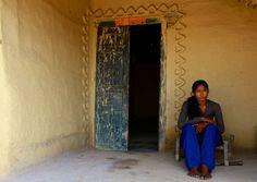 Jeune femme devant chez elle  woman tribe Nepal (Philippe Guy)