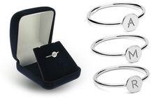 Realizzato in argento, nichel e rhodium placcato, questo anello personalizzabile darà un tocco di stile al tuo look quotidiano