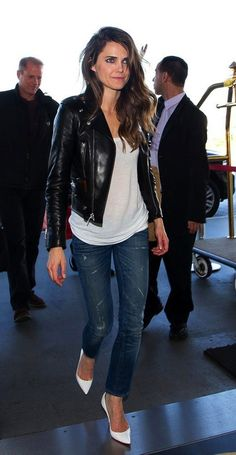 TWO WAYS: KERI RUSSELL | LEATHER MOTO JACKET + WHITE PUMPS - Le Fashion