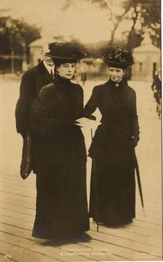 Queen Alexandra of the United Kingdom and her sister, (right) the Dowager Empress of Russia, Marie Feodorovna, widow of Tsar Alexander III and mother of the last Tsar Nicolas II. Tsar Nicolas Ii, Tsar Nicholas, Victoria And Albert, Queen Victoria, Belle Epoque, Alexandra Of Denmark, Ernst August, Royal Uk, Royals