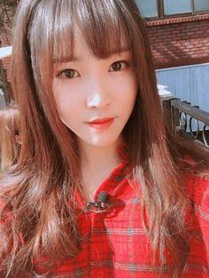 She seems to be waiting for a response Gfriend Yuju, Gfriend Sowon, South Korean Girls, Korean Girl Groups, Kim Ye Won, Jung Eun Bi, Summer Rain, G Friend, Entertainment