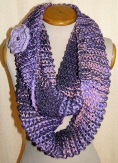 Bufanda Circular con prendedor de Flor, tejida en dos agujas y a Crochet.